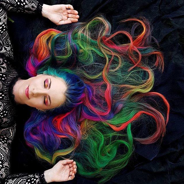 Окрашиванием волос, которое, кстати, иногда занимает более пяти часов, Триша занимается в домашн