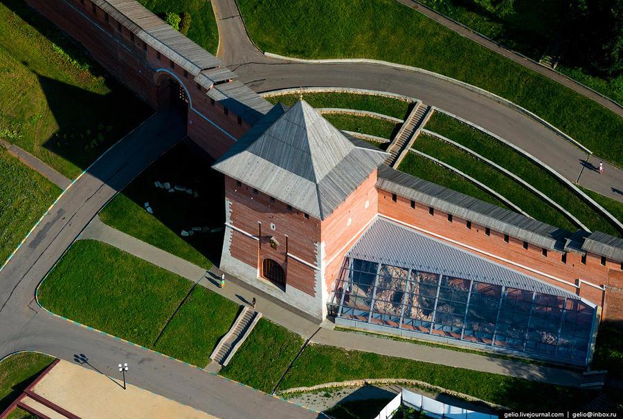 6. Зачатьевская башня — названа так в описи 1622 года по близ стоявшему вне кремлёвских стен женском