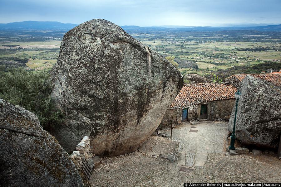 Каменные глыбы начинаются еще у подножия деревни. На них смотреть страшно, не то что машину рядом па