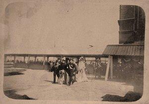 Император Николай II, вдовствующая императрица Мария Федоровна, императрица Александра Федоровна (на втором плане), прибывшие на Балтийский судостроительный завод