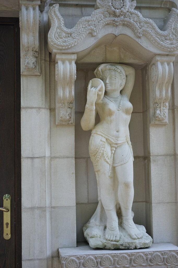 "Культурный центр ""Старый парк"". Фасад маленького храма, индийской ратхи."