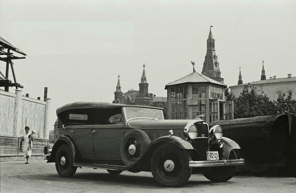 31095 Линкольн на автозаправочной станции на Манежной площади 1933.jpg