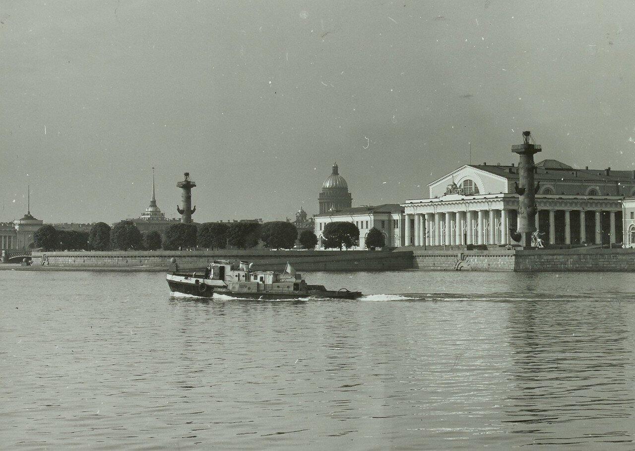1971. Вид на Ростральные колонны с реки