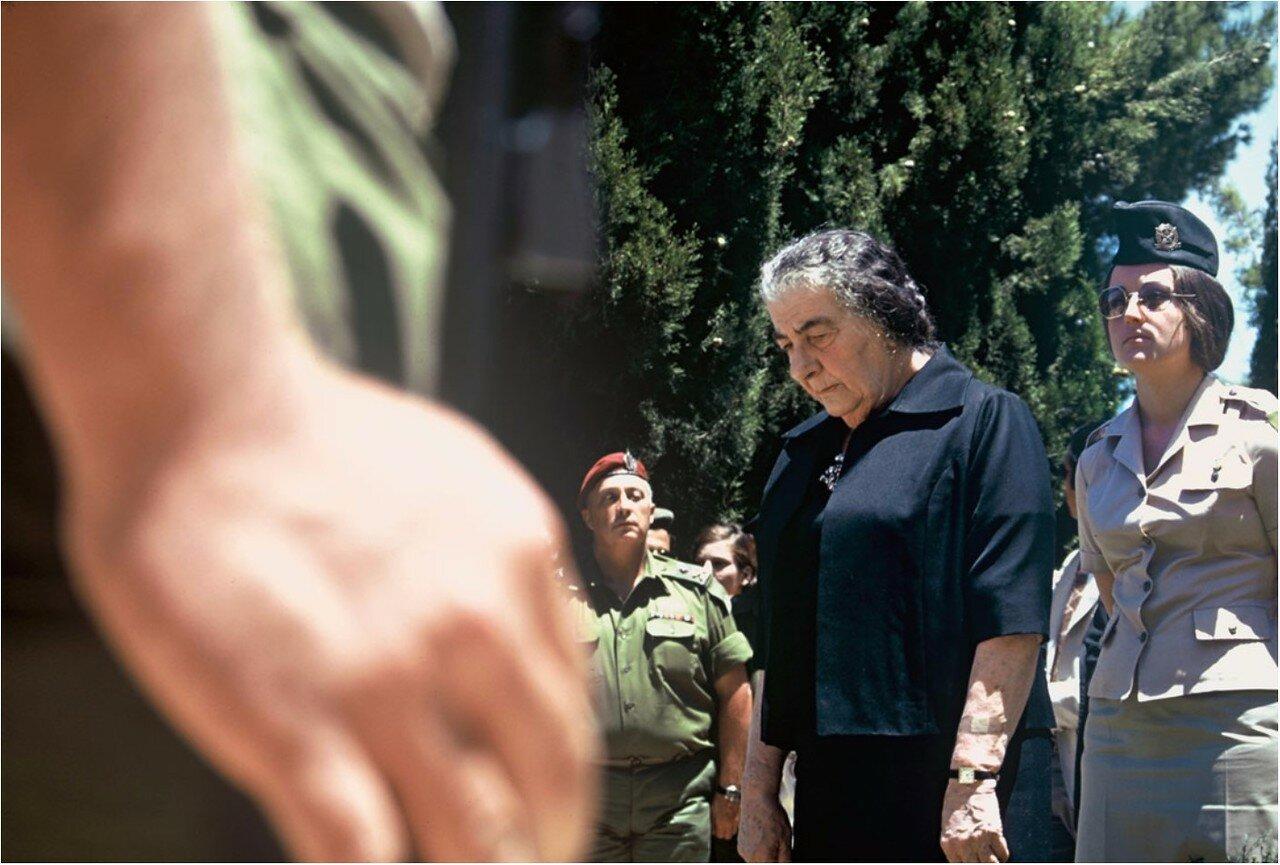 Премьер-министр Голда Меир выступает на похоронах павших солдат
