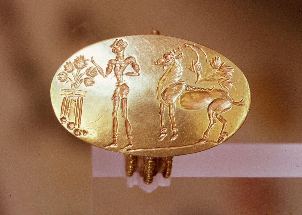 Золотой перстень. Микены, подкурганная гробница («Сокровищница царя Атрея»,  XIV-XIII в. до н.э.).