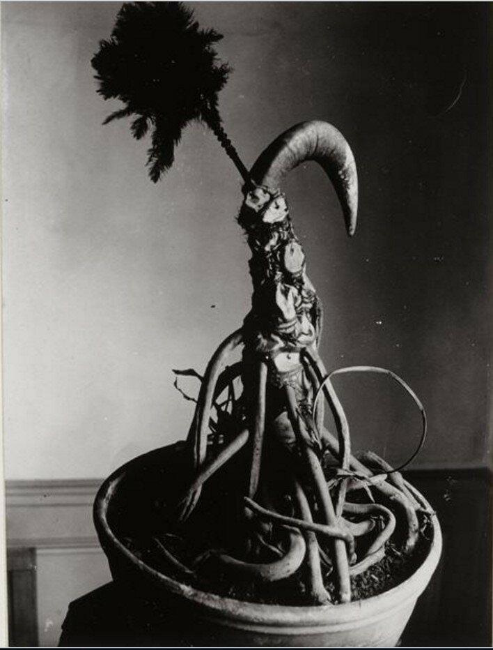 1931. Конструкция (цветочный горшок, корень, перо и рога)