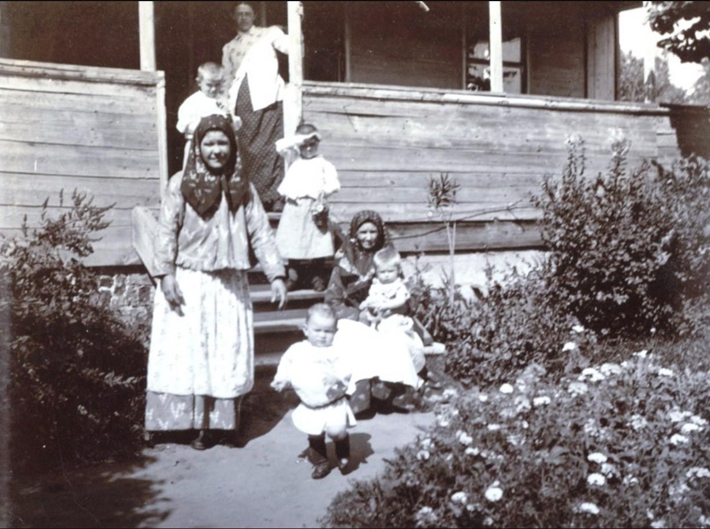 Домочадцы Мяздриковых во дворе дома. 1895
