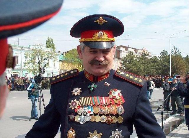 Ряженый атаман казак Козицын увешанный чужими наградами 2.png