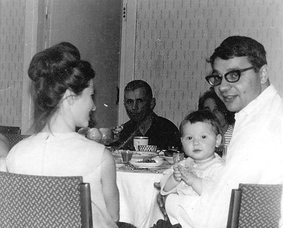 Ощепков Геннадий Серг. с семьей.jpg