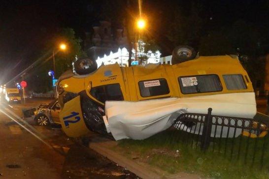 В центре Бреста маршрутка перевернулась на скамейку с людьми пострадали шесть человек