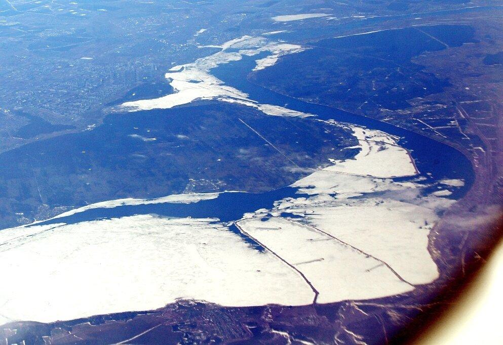 Нижнекамское водохранилище. Дамбы к нефтяным качалкам.