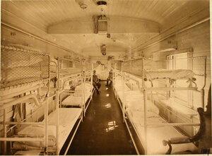 Внутренний вид вагона, оборудованного для перевозки тяжелораненых.