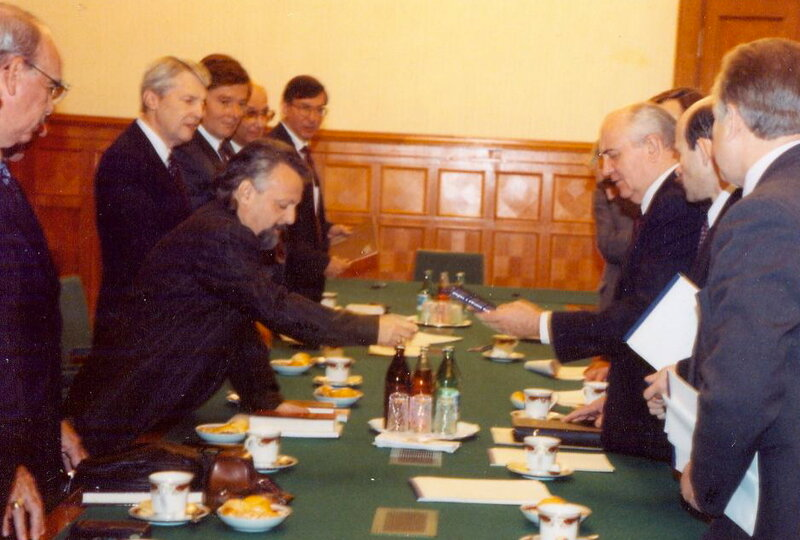 41.Kreml.1990.-Vstrecha-s-Gorbachyovyim-liderov-amerikanskogo-hristianstva.-V-tsentre-Mihail-Mor-gulis.jpg