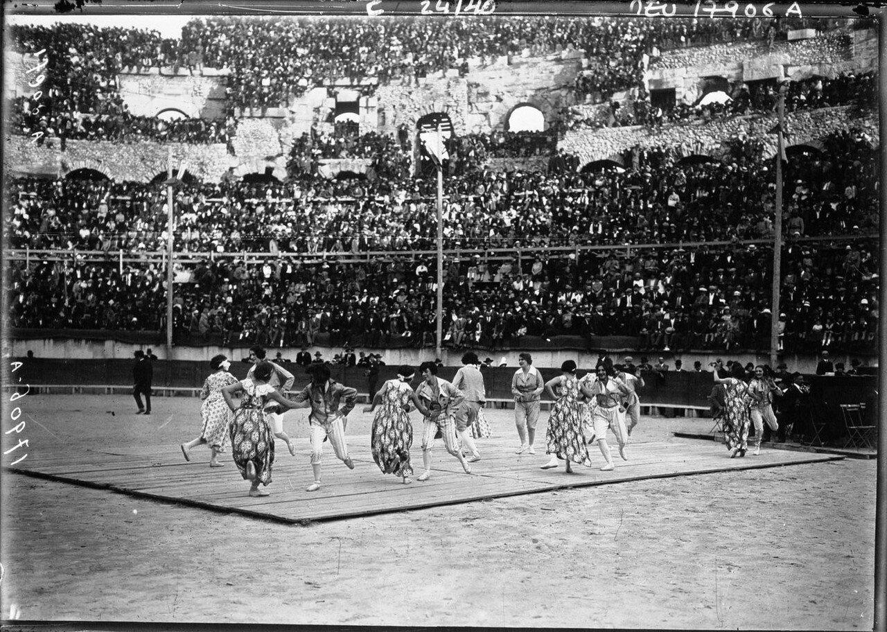 1924. Президент Гастон Думерг в Ниме. 08. Танцы