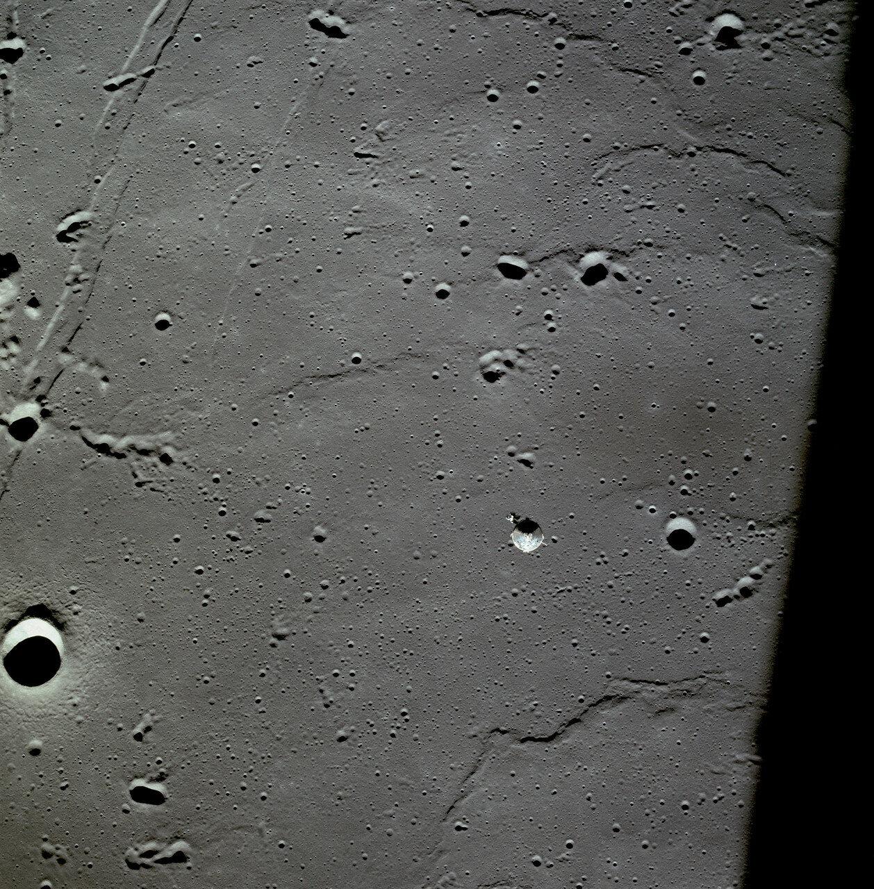 В конце 13-го витка, над обратной стороной Луны, на 29,8 секунды был включён двигатель посадочной ступени лунного модуля, «Орёл» перешёл на орбиту снижения с апоселением 105,9 км и периселением 15,7 км
