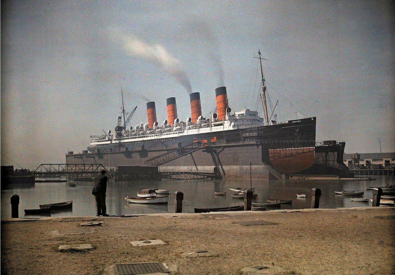 Вид на лайнер «Мавритания» компании Cunard в доке Саутгемптона, графство Гемпшир