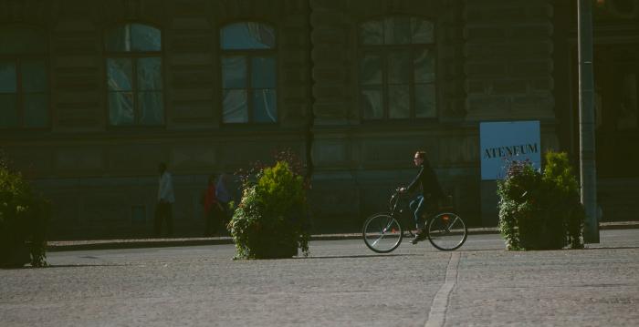 на велосипеде по улице