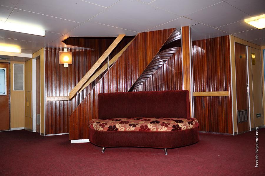 Холл в носовой части средней палубы теплохода «Михаил Фрунзе»