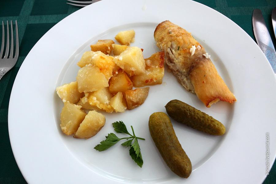 Рулетики рыбные (филе рыбы фаршированное сыром и яйцом), овощи маринованные. Картофель запеченный