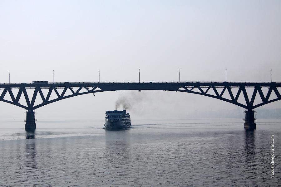 Теплоход «Федор Шаляпин» 18 августа 2010 года проходит под Саратовским автомобильным мостом