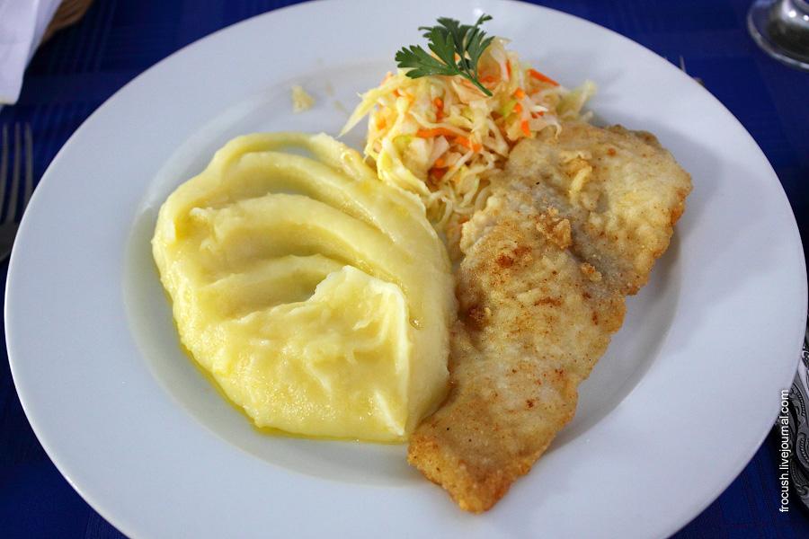 Рыба жареная, картофельное пюре, овощи консервированные