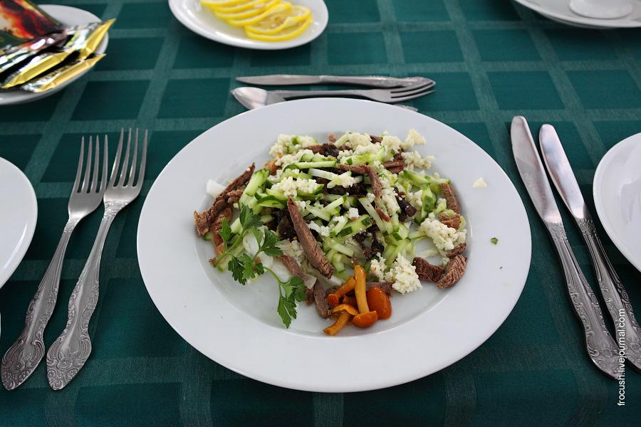 Салат «Лесовичок» (говядина отварная, огурцы, яйцо, шампиньоны, майонез)