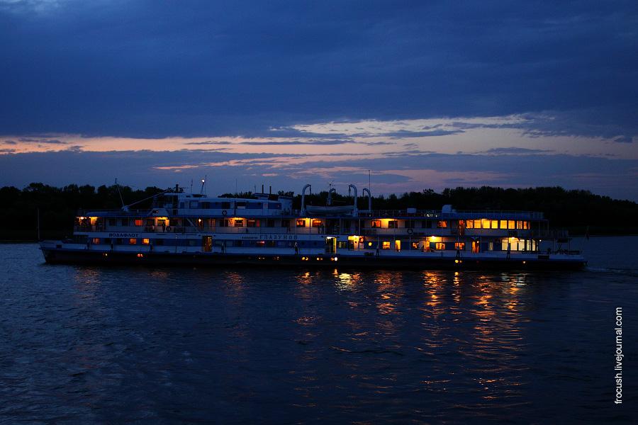 Вечернее фото дизель-электрохода «Композитор Глазунов»