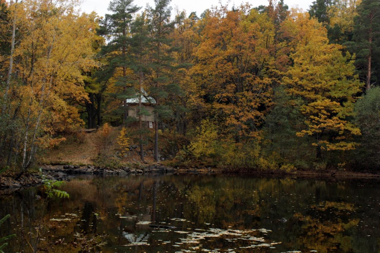 Часовенка у озера