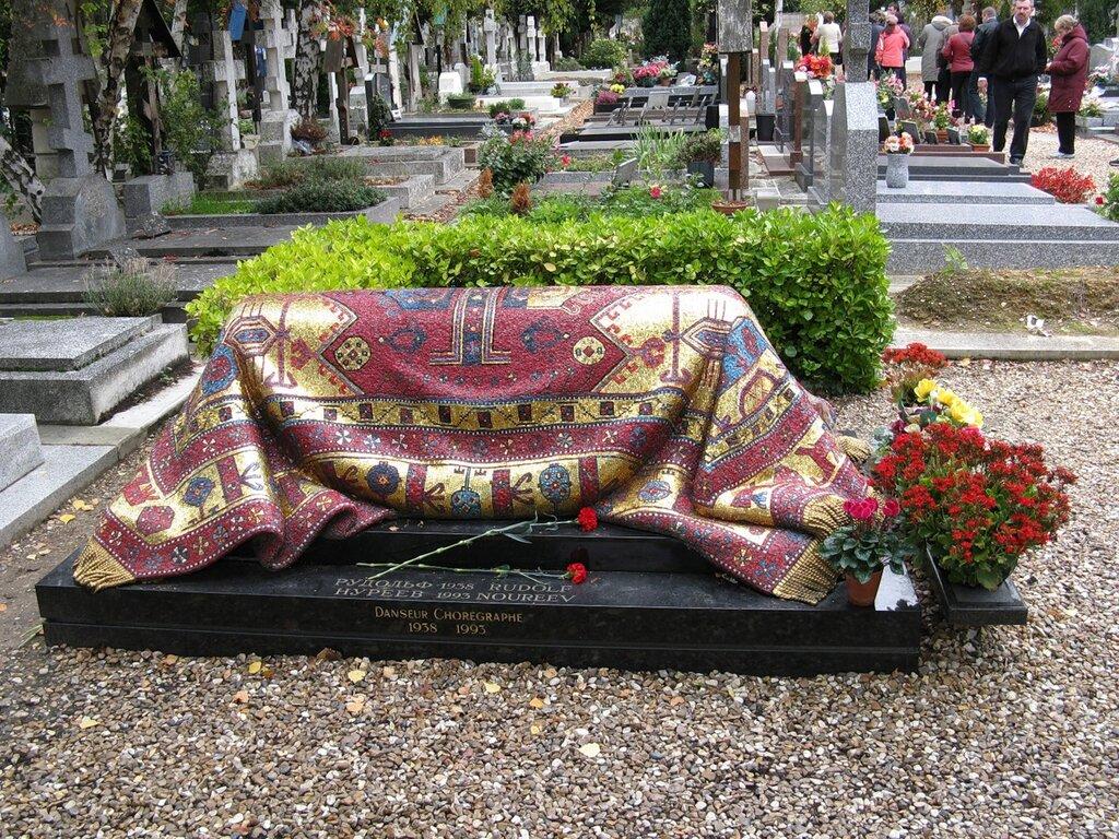 Могила Рудольфа Нуриева. Кладбище Сент-Женевьев-де-Буа (Cimetière de Sainte-Geneviève-des-Bois)