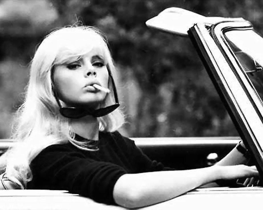 женщина с сигаретой. Britt Ekland