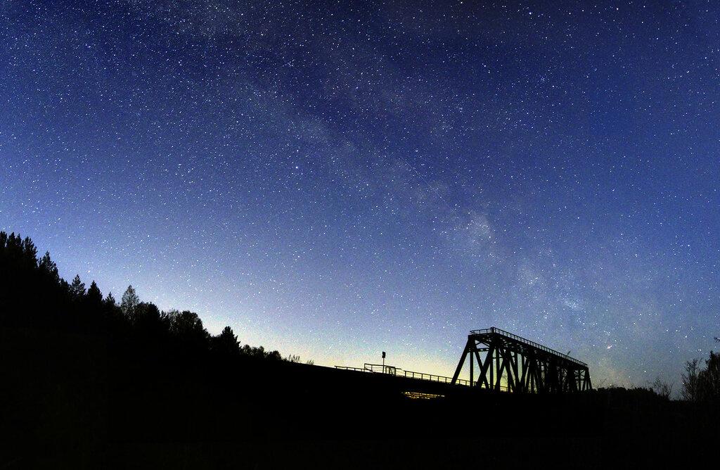 Железнодорожный мост под Млечным путём в Кусе