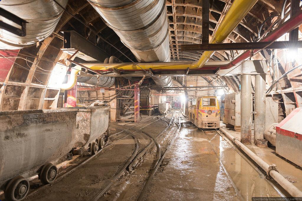 Двигаемся в сторону станции. слева —обходная штольня, идущая параллельно станционным тоннелям
