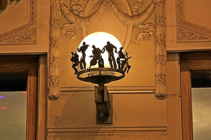 Оригинальный фонарь на здании нотного магазина Северная лира на Невском проспекте в Санкт-Петербурге