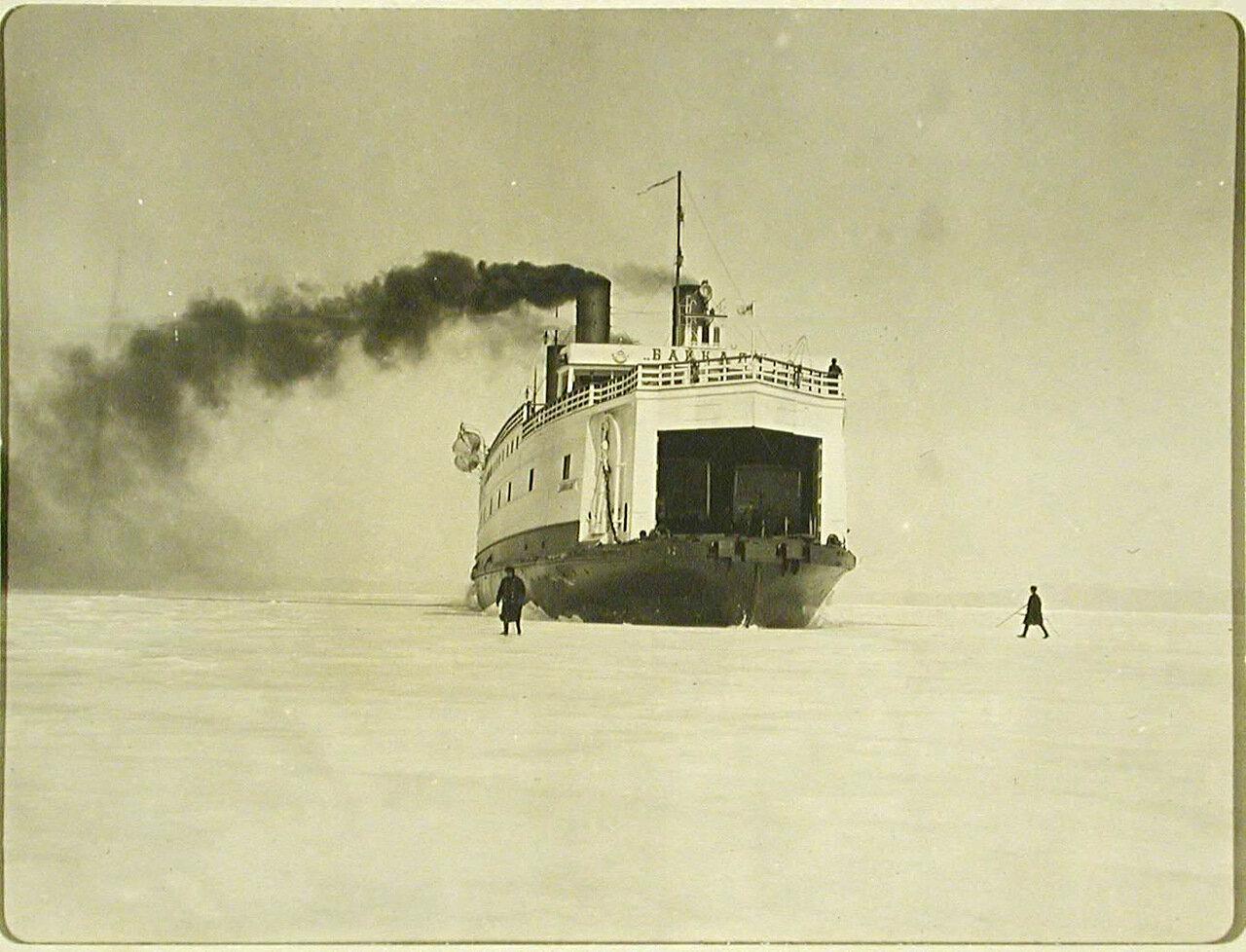 20. Ледокол Байкал пробивает канал во льду