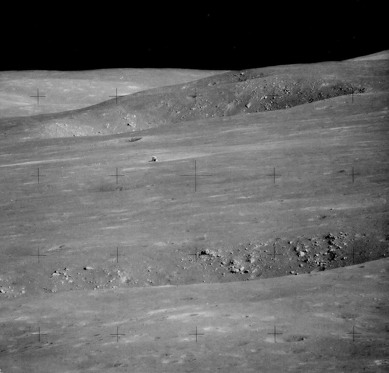 Лунный модуль «Аполло́на-15» «Фа́лкон» совершил посадку на юго-восточной окраине Моря Дождей, у отрогов лунных Апеннин, вблизи каньона Хэдли Рилл. Астронавты оставались на Луне дольше, чем все предыдущие экспедиции, почти трое суток. На снимке: Л.М.