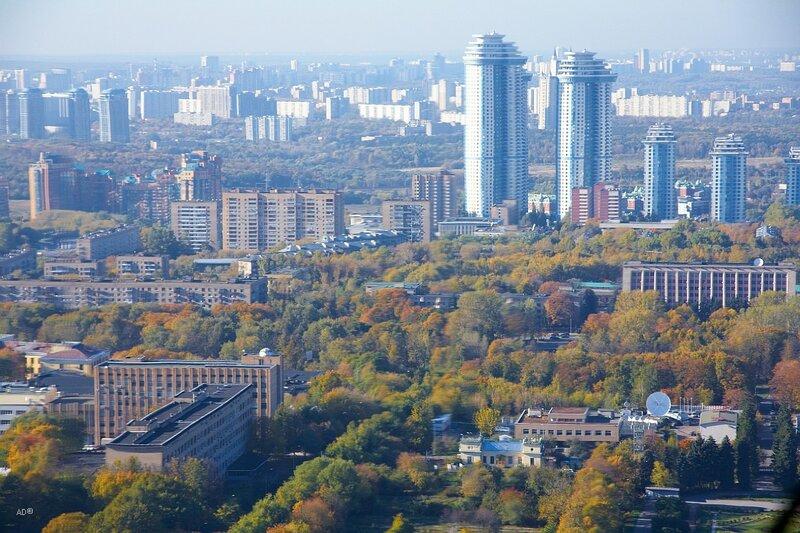 Слева с зеленой крышой - Жилой комплекс «Золотые ключи». Высотки справа - Высотный жилой комплекс «Воробьёвы горы».