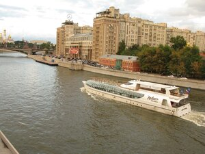 Лайнер на Москва-реке