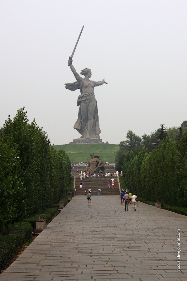 Скульптура «Родина-Мать зовет!», монумент «Стоять насмерть», аллея пирамидальных тополей