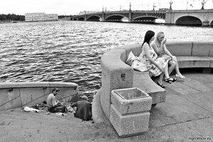 Мэ и Жо (женщина, монохром, мост, набережная, Нева, Троицкий мост, урна, человек)