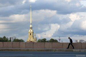 В пути (набережная, Петербург, Петропавловская крепость, человек)