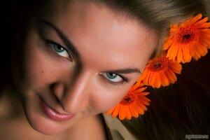 Портрет с герберами (гербера, цветок, шатенка)