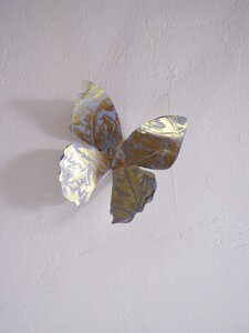 recycling paper: butterflies made ​​of paper and wire