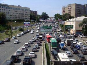 Будни владивостокских пробок разрядил пассажир такси, станцевав прямо среди авто