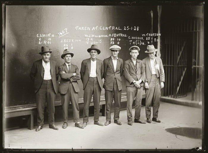 Улчныне воришки, проститутки, бандиты и грабители - все это люди на фото.