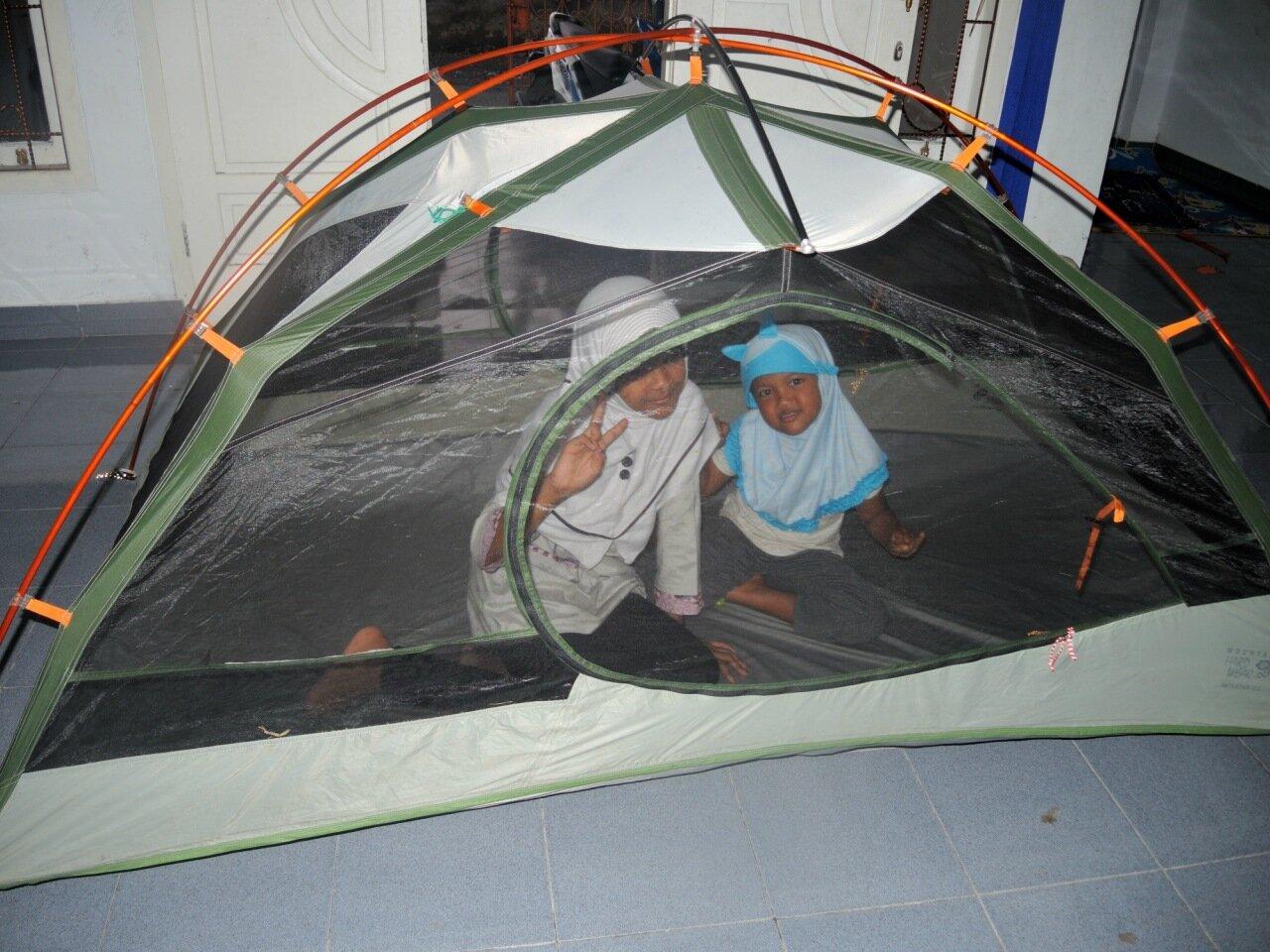 индонезийские дети в палатке