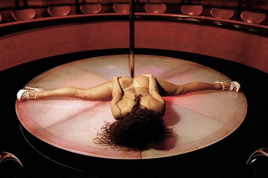 работа фотографа Альберта Уотсона / Mia, Palomino Club, Las Vegas, 2000 - photo by Albert Watson