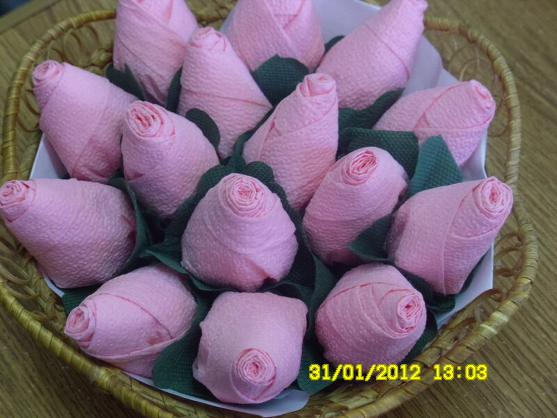 созданию розы из салфетки.