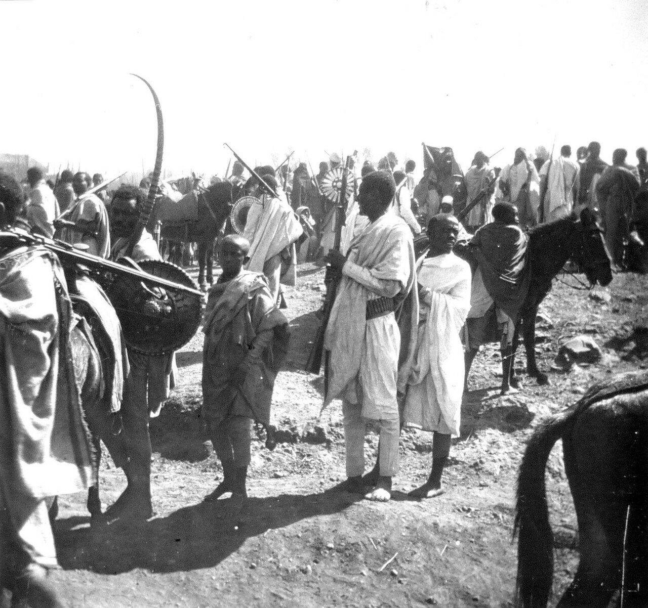 1897. Абиссиния. Эфиопы сопровождающие императора Менелика II на дороге Джибутти - Аддис-Абеба