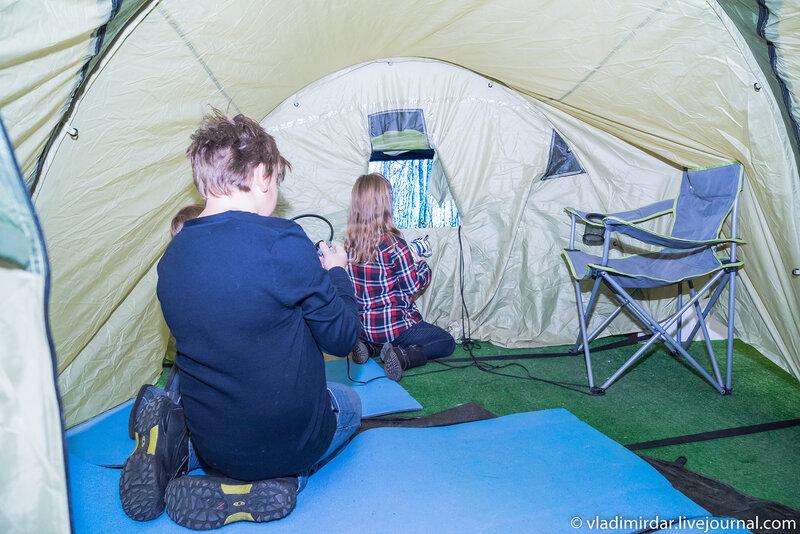 Внутри походной палатки