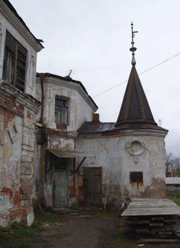Во дворе особняка Локалова